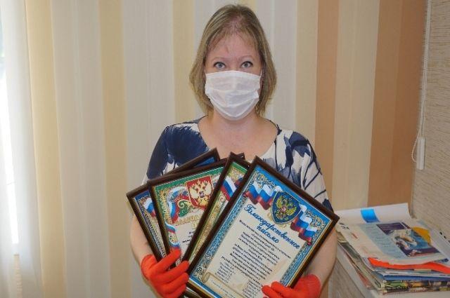 Наиля Алексеева преподнесла своим спасителям-врачам благодарственные письма.
