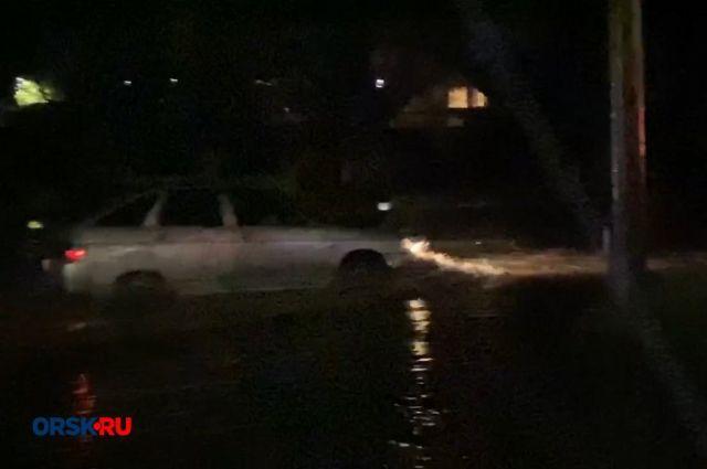 Затопило: в Орске ливневки не справились с дождем.