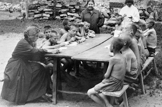 Бывшие беспризорники обучаются грамоте. Москва, 1920-е гг.