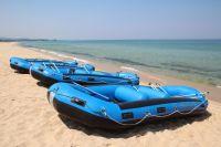 Новотройчане плавали по затопленному городу на лодках и надувных матрасах.