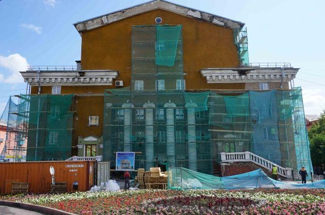 Сейчас ведутся работы по реставрации фасада.