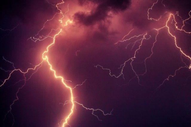 В Грачевском районе из-за молнии без света оказались три села.