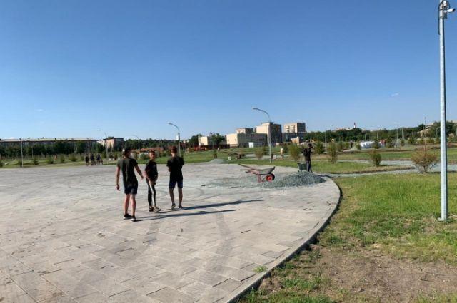 В Гае подростков заставили работать в 40-градусную жару.