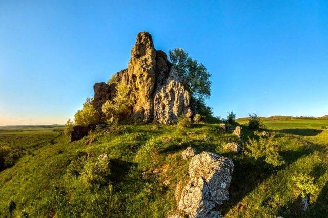 К северу от села возвышается Замок дракона.