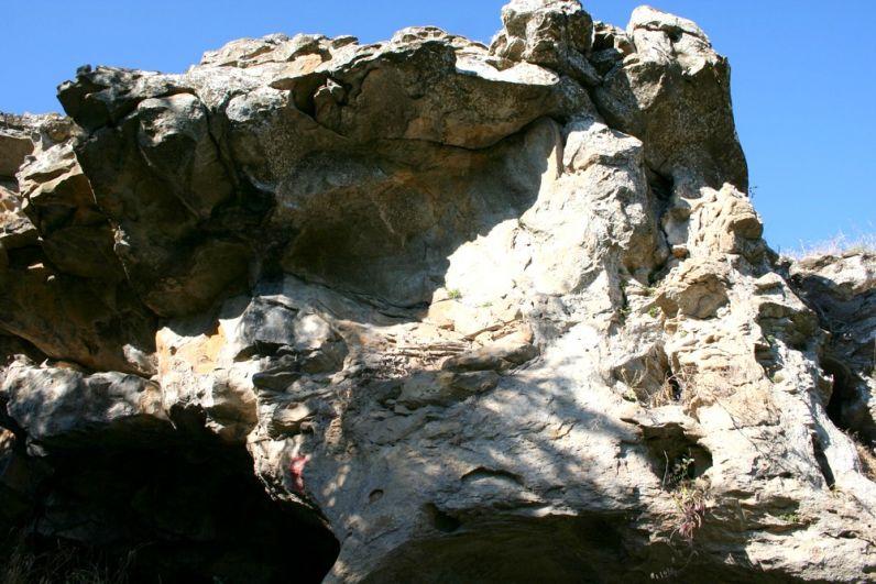 Пещера Подковка в глыбе Лягушке.