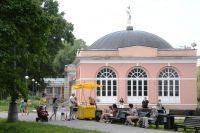 Отдыхающие в Воронцовском парке в Москве.