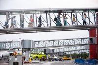 Туристы из Казани переходят из самолёта в здание аэровокзала.