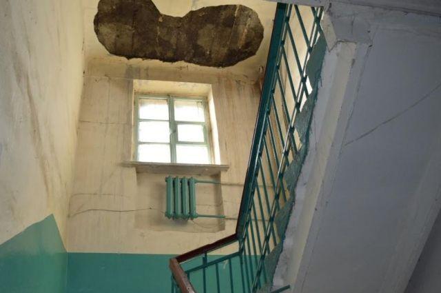 В одном из поселков Оренбуржья после ливня затопило школу.