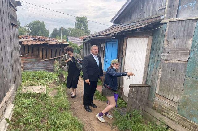 Михаил Борисов осмотрел барак, из которого местные власти выселили инвалида детства Любовь Кондратьеву.