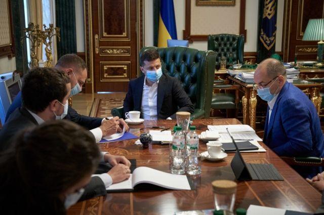 Украина будет среди первых стран, купивших вакцину от COVID-19, - Зеленский