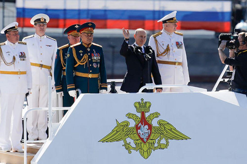Владимир Путин на Главном военно-морском параде в акватории Невы в Санкт Петербурге.
