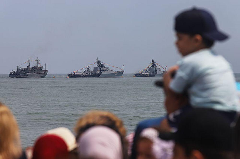 Корабли Каспийской флотилии ВМФ РФ на параде в Каспийске.