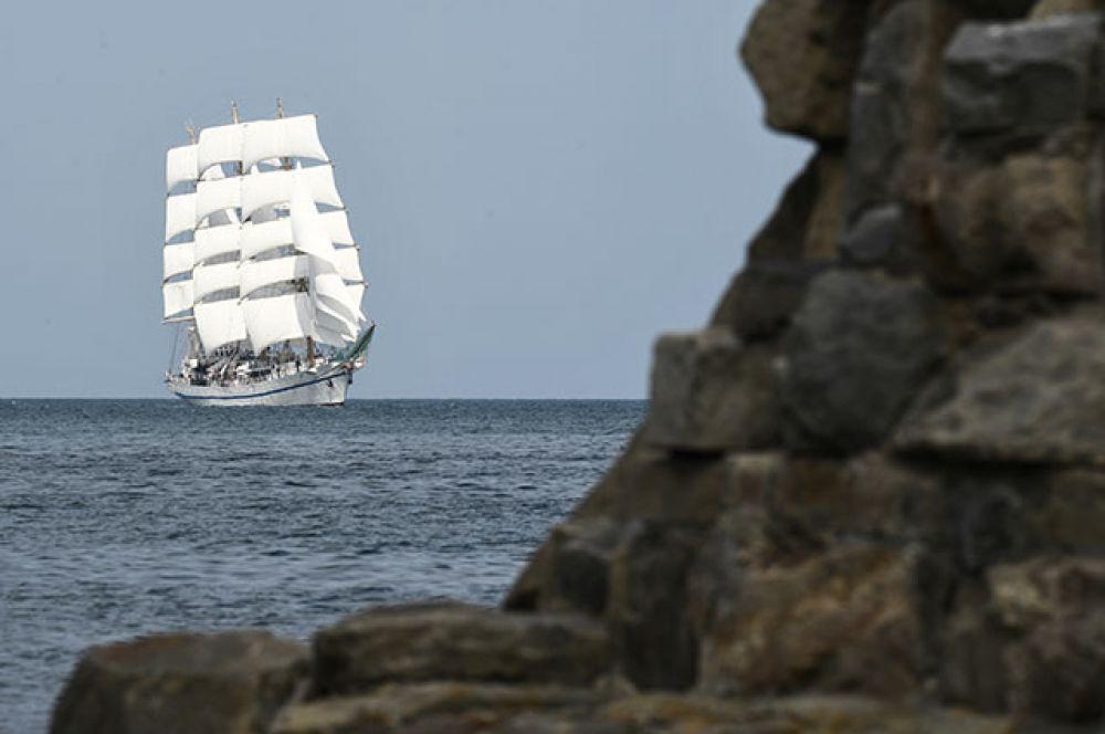 Учебный парусник «Херсонес» вовремя празднования Дня Военно-морского флота вСевастополе.