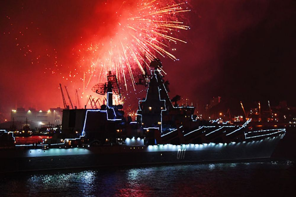 Салют во Владивостоке в честь Дня ВМФ. На первом плане: гвардейский ракетный крейсер «Варяг».
