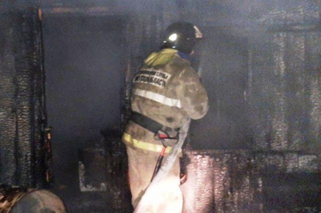 По предварительной версии, причина пожара – умышленное причинение вреда чужому имуществу.