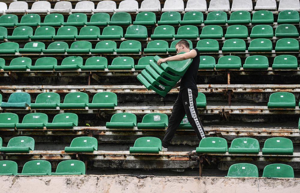 Разбор трибуны для раздачи напамять футбольным болельщикам сидений наакции прощания состадионом «Торпедо» имени Э.А.Стрельцова вМоскве.
