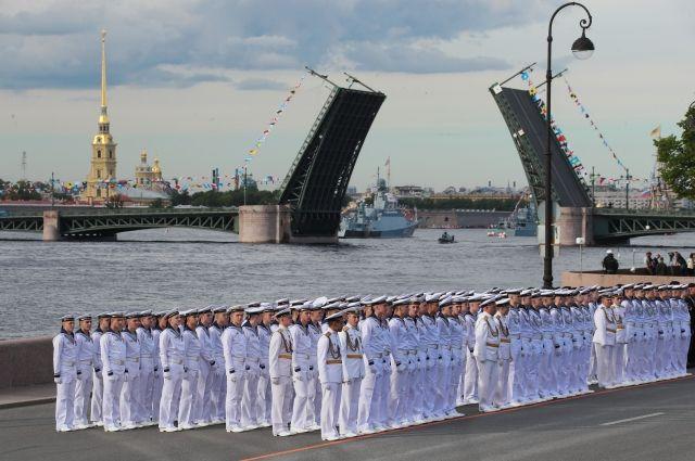 В общей сложности в праздновании приняли участие 46 кораблей и подводных лодок, 41 воздушное судно и более 4 тысяч военнослужащих.
