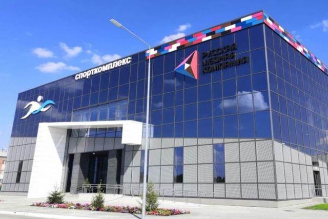 Фасад спорткомплекса выполнен в современном стиле.