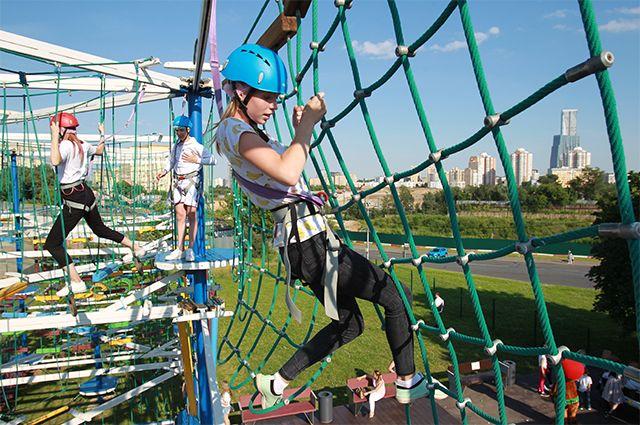Посетители веревочного парка Gammy Park в Парке Победы в Москве.