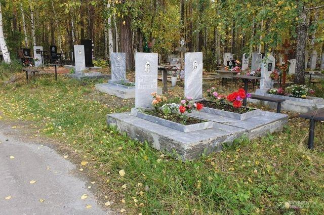 Колонн из катафалков и невероятного наплыва умерших на екатеринбургских кладбищах, вопреки слухам, всё же не отмечают