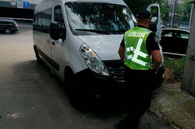 Перевозил пассажиров: в Киеве патрульные поймали пьяного водителя маршрутки