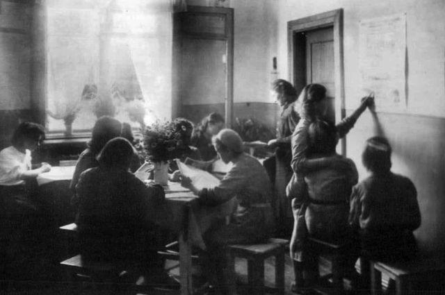 Классный уголок юнгородка посёлка имени Леваневского. 1944 год.