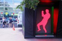 Экран «танцующего» светофора, установленного на Цветном бульваре для пешеходов в рамках Дня московского транспорта.