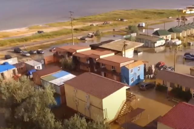 «По пояс в воде»: в Кирилловке из-за дождя затопило улицы