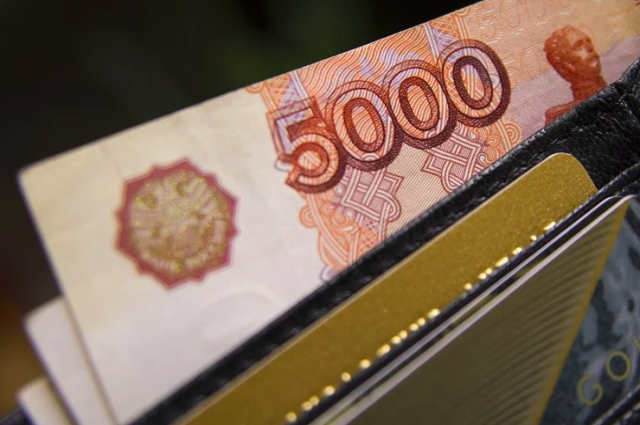 В кошельке оказалась банковская карта и пин-код к ней. Подросток снял с неё 13 тысяч рублей.