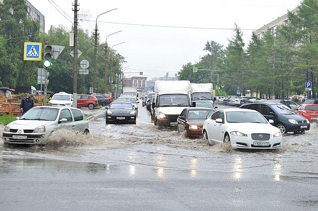 На несколько часов встали троллейбусы и трамваи, личные автомобили горожан также не справлялись с потоком воды.