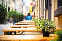 Теперь практически на каждом шагу можно купить не только кофе, но и освежающий коктейль, легкий салат.