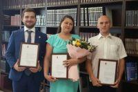 Дмитрий Махонин вручил благодарственные письма Роману Павлову, Илье Дёмину и Ирине Гайсиной.