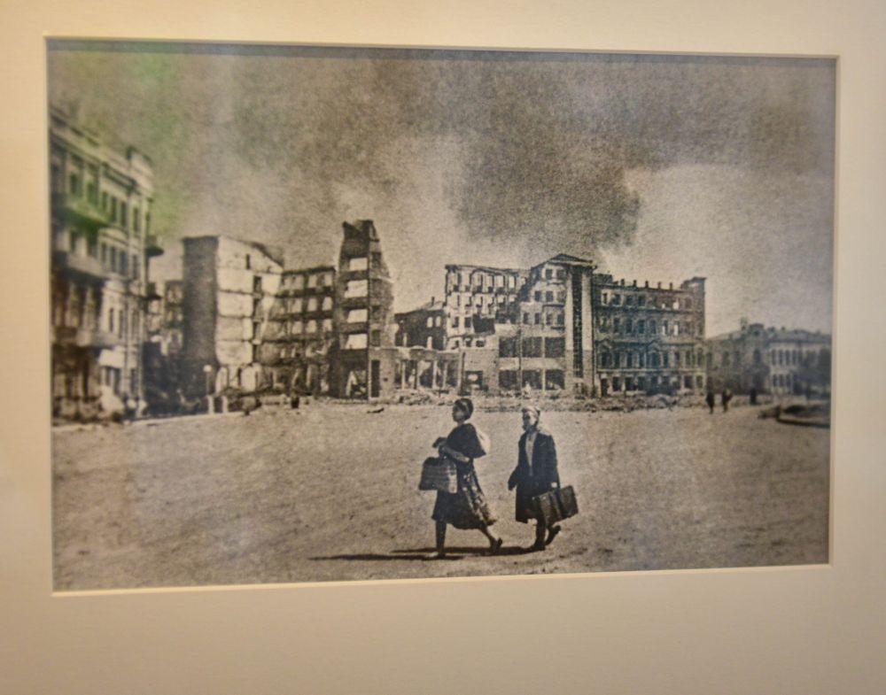 Жители Сталинграда покидают город. 1942