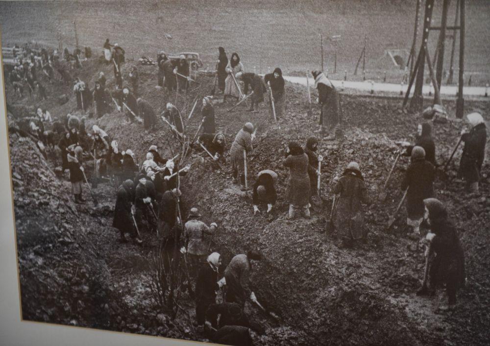 Жители Москвы роют противотанковый ров.1941