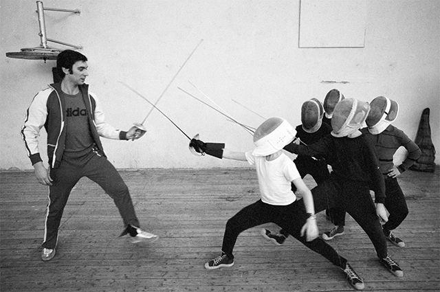 Чемпион мира по фехтованию Виктор Кровопусков обучает юных саблистов мастерству ведения боя. 1978 год.