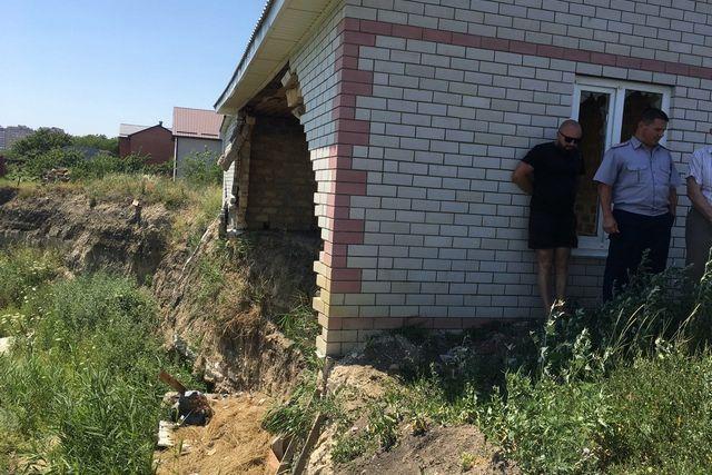 Оползень уже разрушил один из домов на улице Серова, и магистраль может разделить его судьбу.