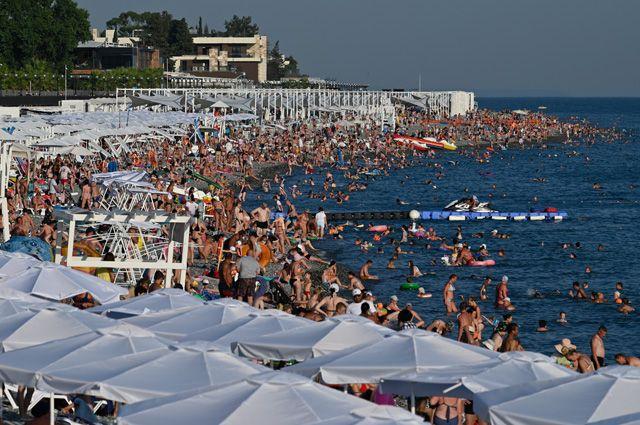 Отдыхающие заполонили сочинские пляжи и не соблюдают социальную дистанцию – на дистанцию просто не хватает места.
