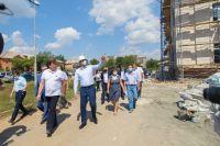 Денис Паслер проверил, как в Новотроицке ремонтирую фасады и дороги.