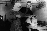 Мастер-наставник обучает сельскую девушку профессии слесаря. 1920-е гг.