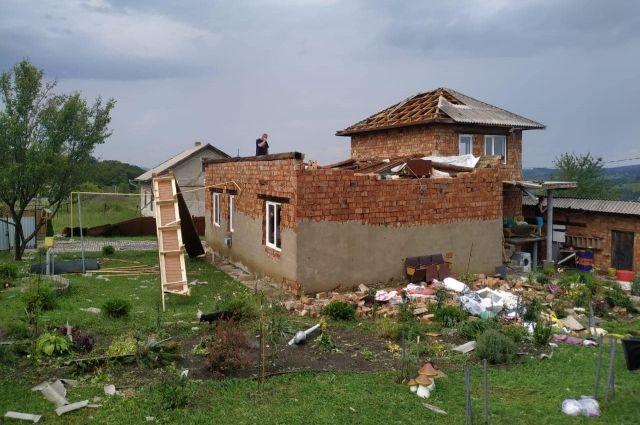 Повреждены дома и повалены деревья: в Черновицкой области прошел ураган