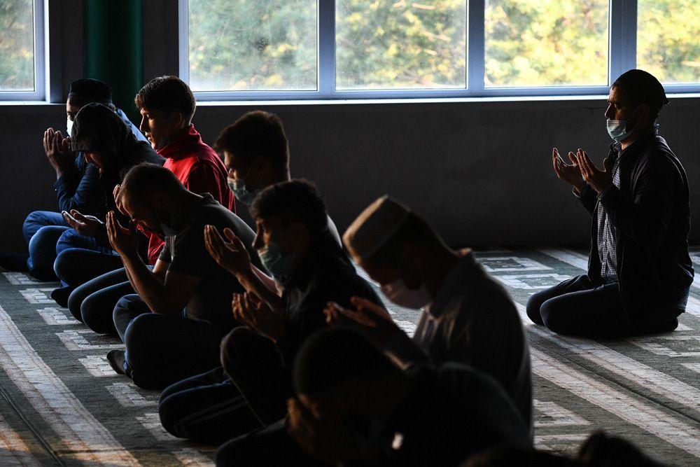 Мусульмане во время праздничной молитвы в Соборной мечети Новосибирска.