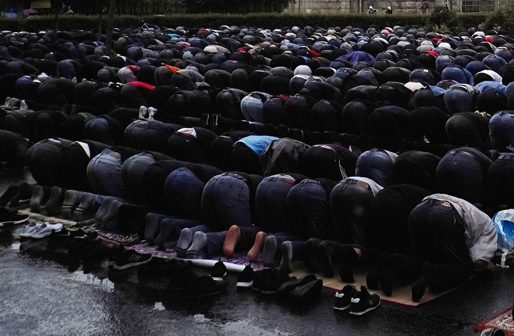 Мусульмане во время праздничной коллективной молитвы у Соборной мечети Санкт-Петербурга.