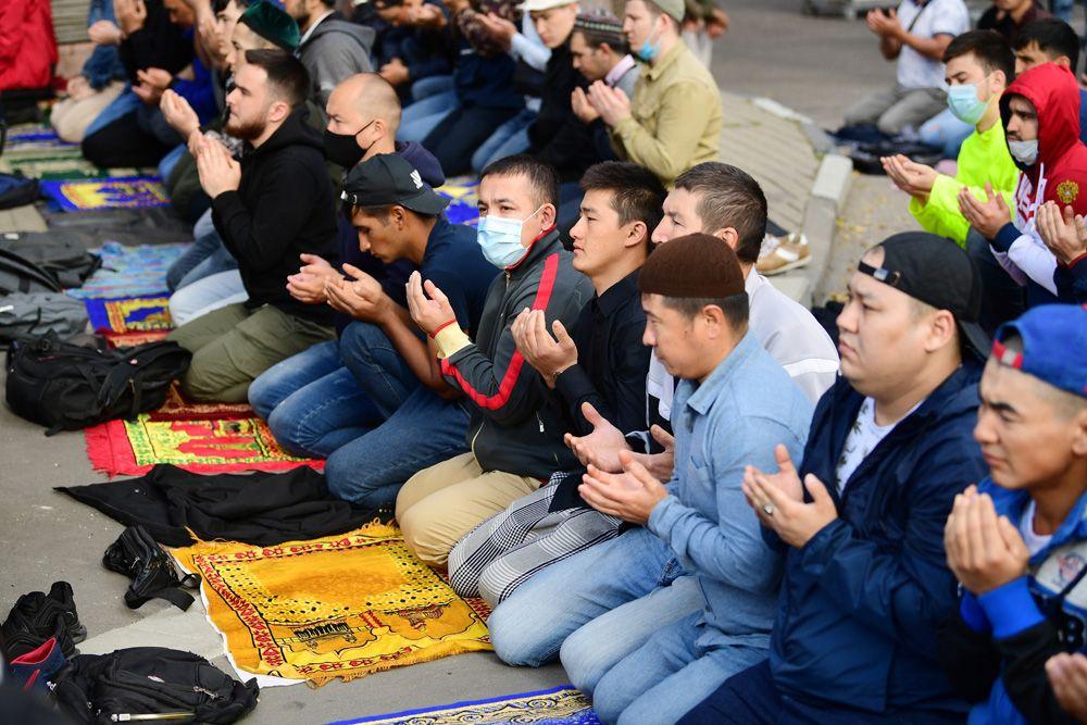 Верующие на богослужении в честь праздника Курбан-байрам возле Московской соборной мечети.