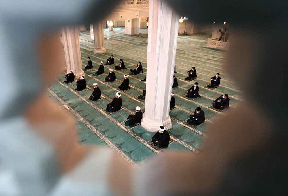 Мусульмане во время совершения намаза в Московской Соборной мечети в день праздника Курбан-байрам.