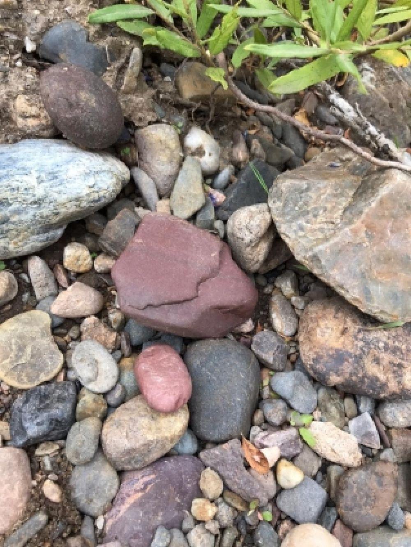 Красный камень из семейства яшмы - яшмоид.