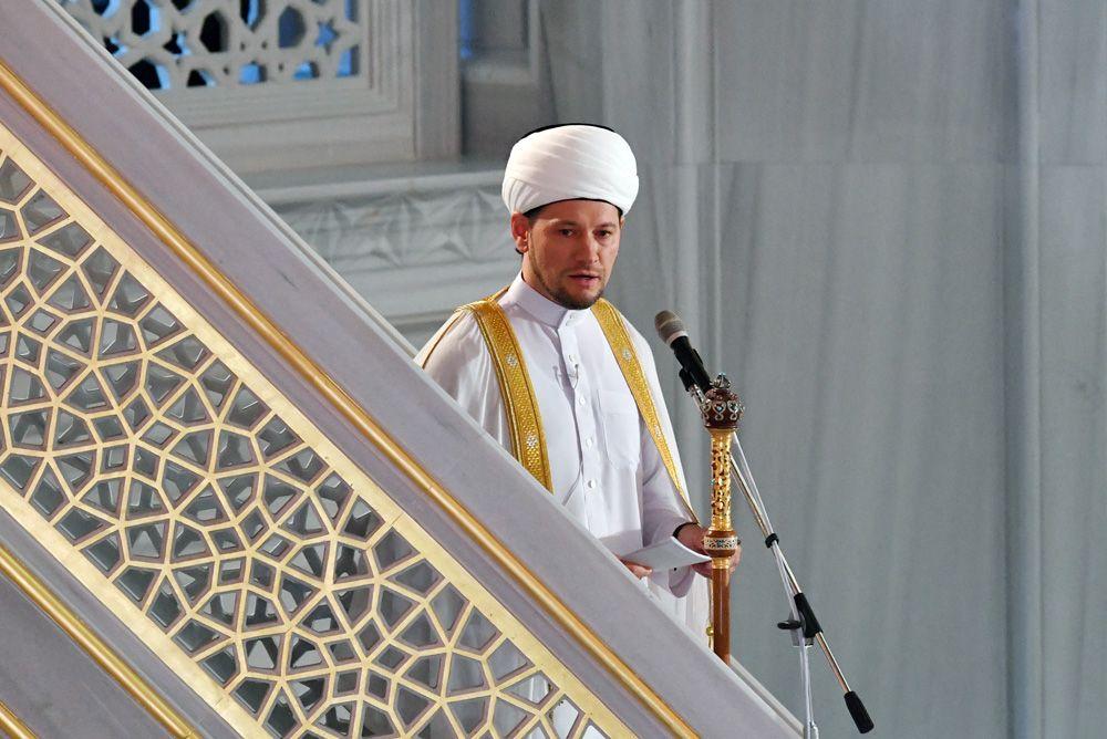 Первый заместитель председателя Духовного управления мусульман России муфтий Дамир Мухетдинов на богослужении в честь праздника Курбан-байрам в Московской соборной мечети.