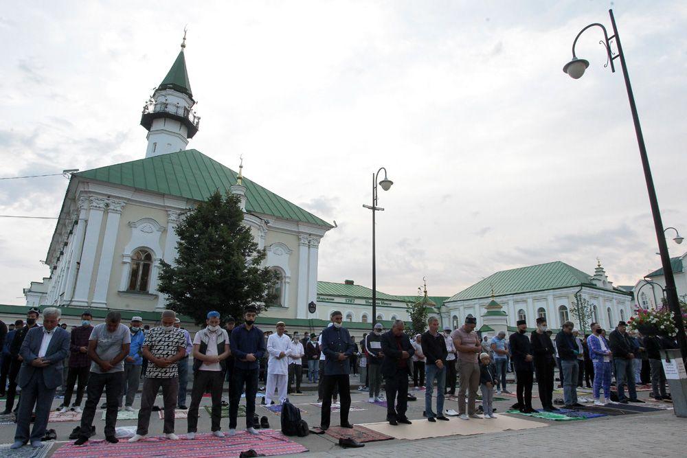 Верующие во время совершением намаза у мечети «Аль-Марджани» в день праздника жертвоприношения Курбан-байрам в Казани.