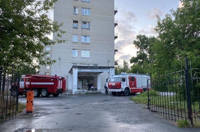 Из отделения эвакуировали 20 человек: 16 пациентов один ухаживающий и три сотрудника. Их увели на четвёртый этаж.