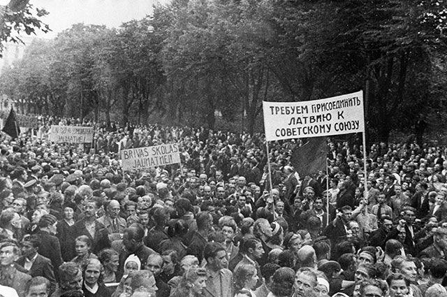 Демонстрация в Риге с требованием присоединения Латвии к СССР. Июль 1940 г.
