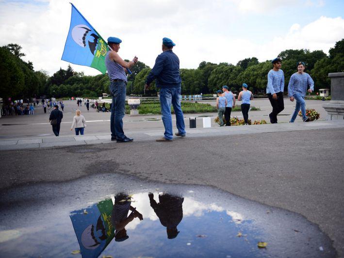 Десантники на праздновании Дня Воздушно-десантных войск в парке Горького в Москве.